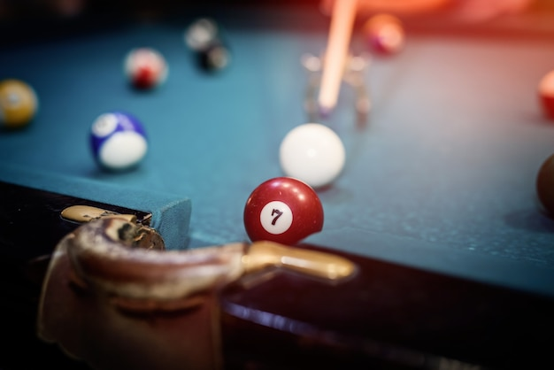 Bolas de bilhar coloridas na mesa em foto macro de pub. conceito de jogo