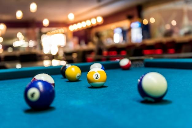 Bolas de bilhar coloridas na mesa, jogos e apostas