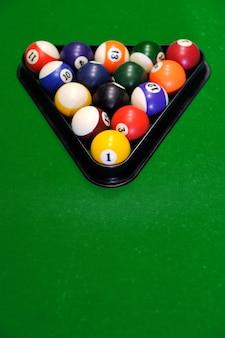 Bolas de bilhar em uma mesa de bilhar verde