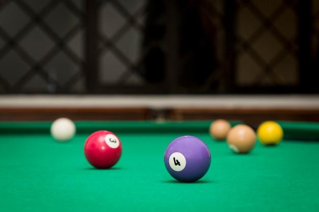 Bolas de bilhar em uma mesa de bilhar.