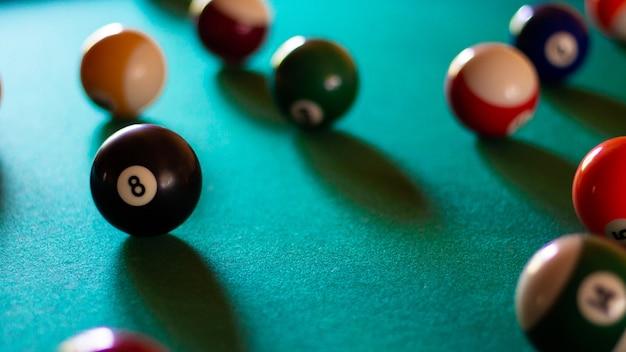 Bolas de bilhar multicoloridas com números na mesa de bilhar. esporte jogo de bilhar em um pano verde. bandeira. foco seletivo