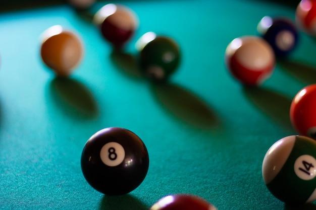 Bolas de bilhar multicoloridas com números na mesa de bilhar. esporte jogo de bilhar em um pano verde. foco seletivo