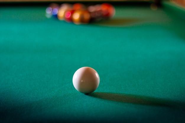 Bolas de bilhar multicoloridas com números na mesa de bilhar. jogos de esportes bilhar em um pano verde, copie o espaço. foco seletivo