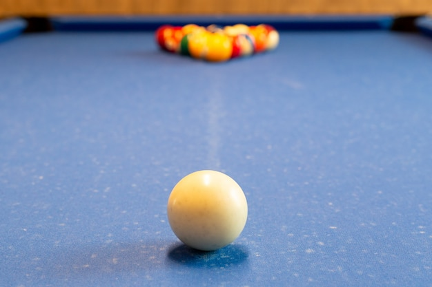 Bolas de bilhar no foco selecionado da tabela de sinuca.