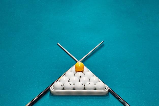 Bolas de bilhar russo, taco, triângulo, sobre uma mesa. pano azul com espaço para texto