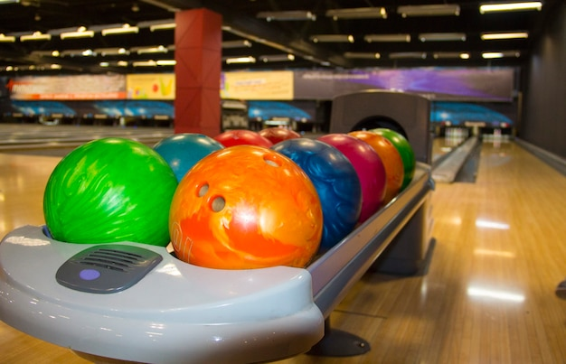 Bolas de boliche coloridas. bolas de boliche multicoloridas. o equipamento para boliche. rússia, kemerovo, 25 de fevereiro de 2020