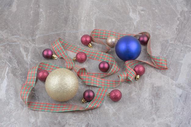 Bolas de bugiganga de natal com lindo laço.