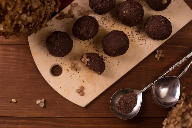 Bolas de cacau, bolos de trufas de chocolate a bordo na mesa de madeira