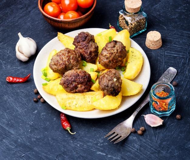 Bolas de carne com batatas assadas
