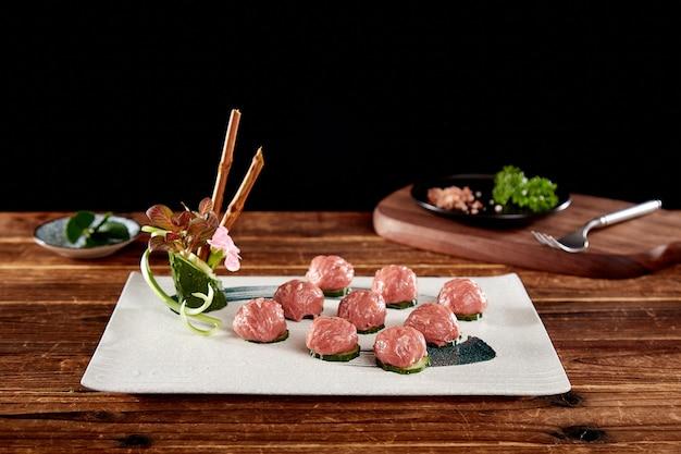 Bolas de carne crua frescas são lindamente apresentadas