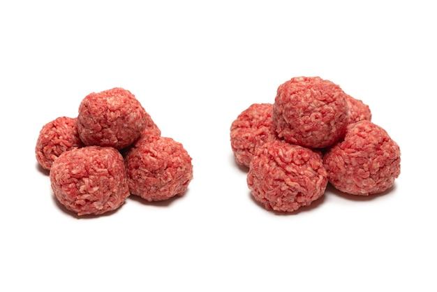 Bolas de carne crua isoladas na superfície branca