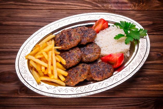 Bolas de carne kebab de carne com arroz e batatas fritas