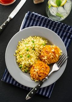 Bolas de cenoura com mingau de bulgur e cevada. prato vegetariano. comida saudável