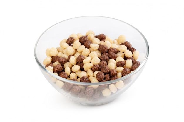 Bolas de cereais no café da manhã em uma tigela isolado no branco