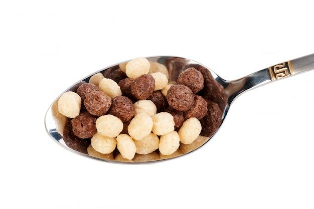 Bolas de cereais no café da manhã, isolado no branco