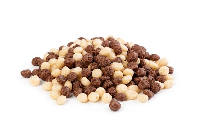 Bolas de cereais para café da manhã, isolado no branco