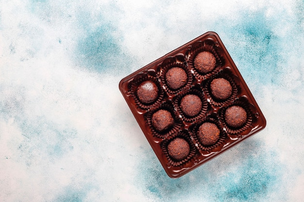 Bolas de chocolate com cacau em pó. Foto gratuita