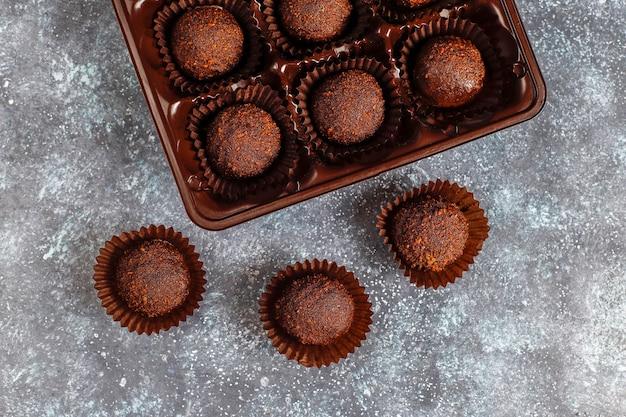 Bolas de chocolate com cacau em pó.