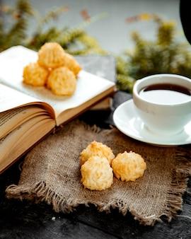 Bolas de coco doce e uma xícara de chá