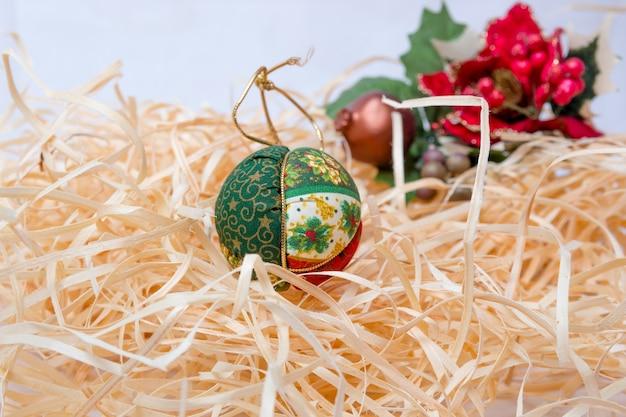 Bolas de decoração de natal em fundo de palha no rio de janeiro.