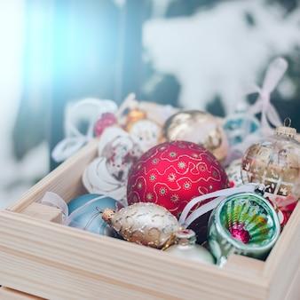 Bolas de decoração de natal em uma caixa de madeira