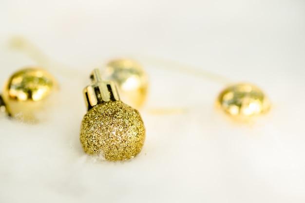 Bolas de decoração de natal glitter dourados isoladas