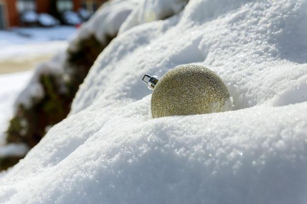 Bolas de decoração de natal na neve