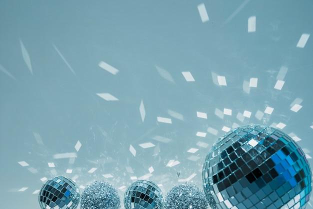 Bolas de discoteca e bolas de enfeite com vislumbres