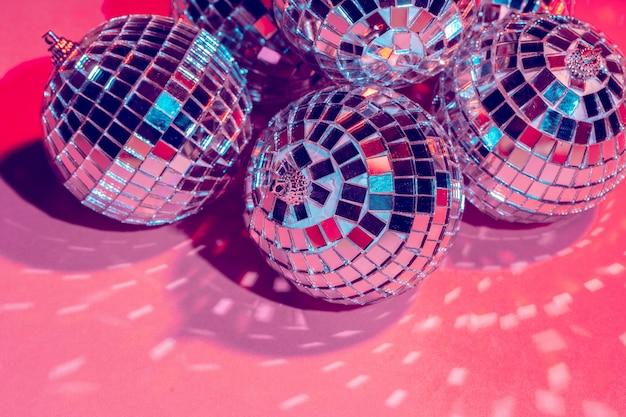 Bolas de discoteca espelho sobre fundo rosa. festa, conceito de vida noturna