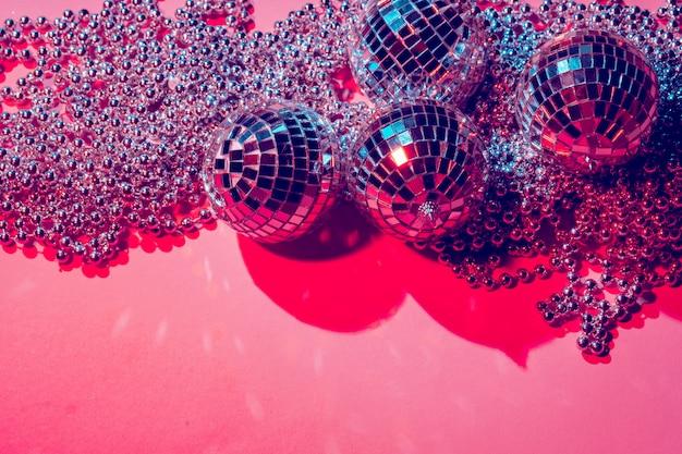 Bolas de discoteca para decoração de uma festa no fundo rosa
