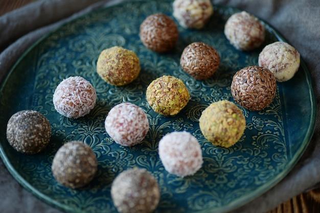 Bolas de energia caseira com nozes, gergelim, sementes de chia e frutas secas