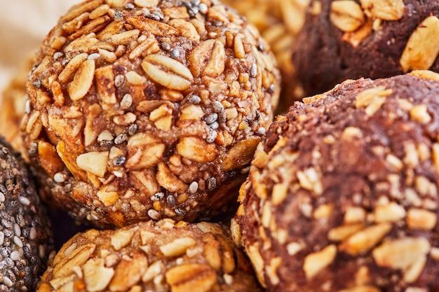 Bolas de energia orgânica saudável com muesli, nozes, cacau, chia e mel