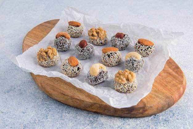 Bolas de energia saudáveis feitas de frutas secas e nozes. sobremesa crua saudável caseira, trufas vegetarianas, doces sem açúcar.