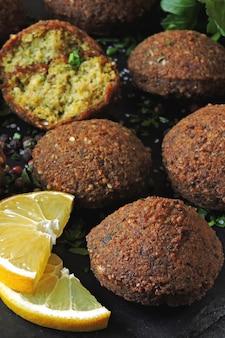 Bolas de falafel, especiarias, molho e ervas. falafel vegano. comida saudável e magra. cozinha do oriente médio.