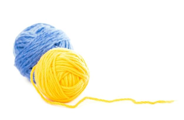 Bolas de fio de lã azul e amarelo