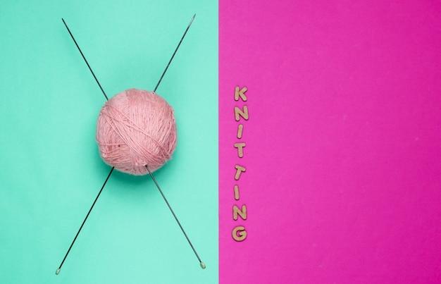 Bolas de fio de lã e agulhas de tricô