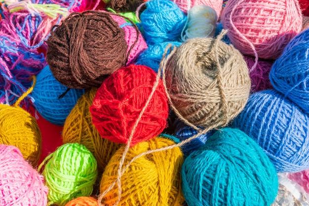 Bolas de fios coloridos sob a luz do sol
