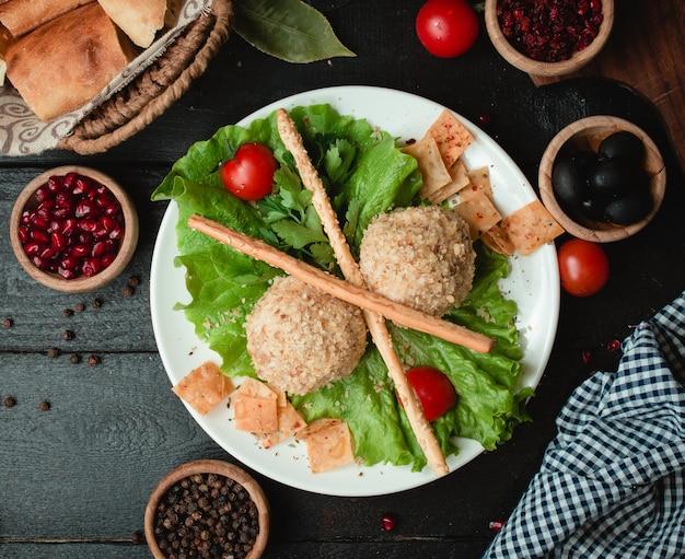 Bolas de frango com nozes e legumes