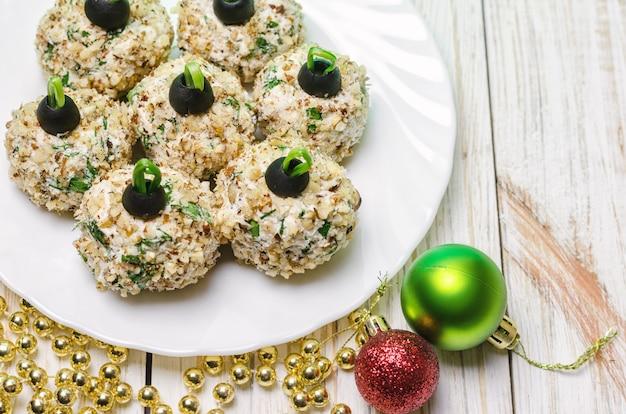 Bolas de frango com queijo e salsa da filadélfia, decoradas como bolas de natal.