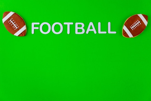 Bolas de futebol americano isoladas em superfície verde