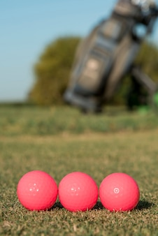 Bolas de golfe de baixo ângulo alinhadas