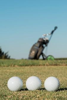 Bolas de golfe de baixo ângulo no campo