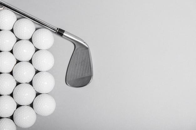 Bolas de golfe de vista superior com taco e cópia-espaço