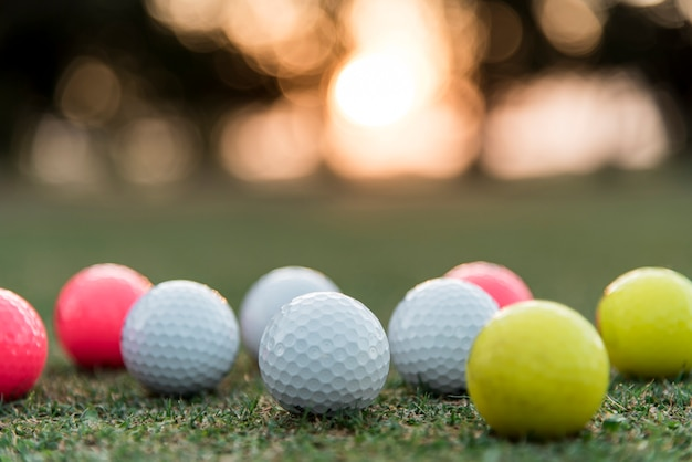 Bolas de golfe em close-up no curso