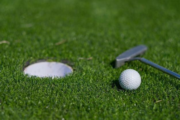 Bolas de golfe em grama artificial