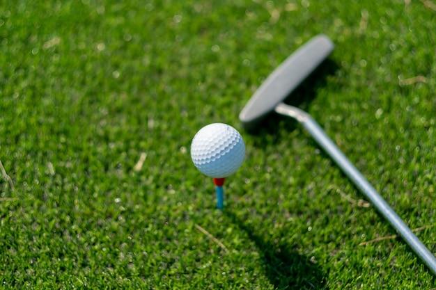Bolas de golfe na grama artificial com fundo desfocado