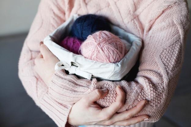 Bolas de lã de cores diferentes em caixa