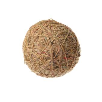 Bolas de lã marrons, isoladas no fundo branco.