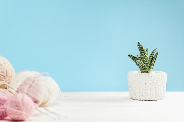 Bolas de lã sobre fundo branco de madeira