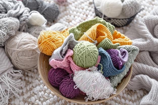 Bolas de linha multicoloridas para tricotar na cesta. conceito de hobbies e artesanato.